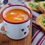 Paprykowa zupa-krem z ziołowymi grzankami