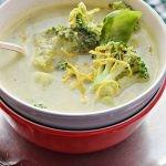 Zupa serowa z brokułami i szpinakiem