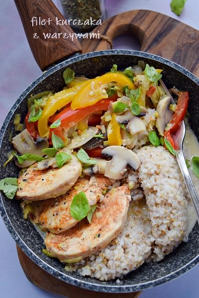 Filet kurczaka w sosie z warzywami